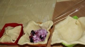 Слоёные корзиночки с творожно-ягодной начинкой - фото шаг 3