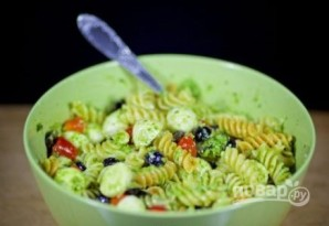 Салат из пасты с соусом песто  - фото шаг 7