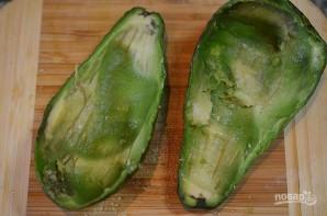 Салат из рыбы в половинках авокадо - фото шаг 2