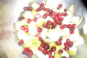 Шарлотка с клюквой и яблоками  - фото шаг 3
