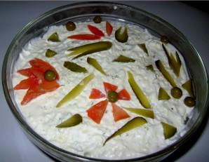 Салат слоеный с копченой колбасой - фото шаг 4