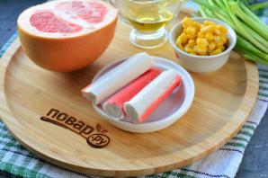 Салат с грейпфрутом и крабовыми палочками - фото шаг 1