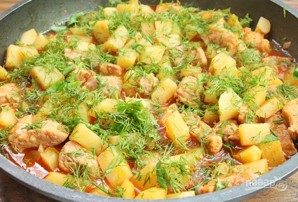 Тушеная картошка со свининой на сковороде - фото шаг 6