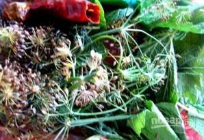 Малосольные помидоры с чесноком и зеленью - фото шаг 2