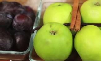 Компот из слив и яблок - фото шаг 1