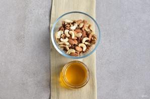 Мед с орехами - фото шаг 1