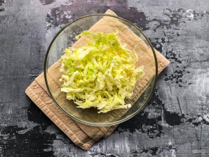 Салат с пекинской капустой и мидиями - фото шаг 2