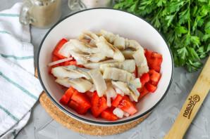 Салат с селедкой и помидорами - фото шаг 4
