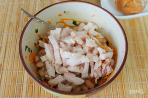 Салат с фасолью, морковью и копченой курицей - фото шаг 8