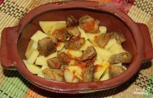 Мясо в горшочках с грибами и сыром - фото шаг 6