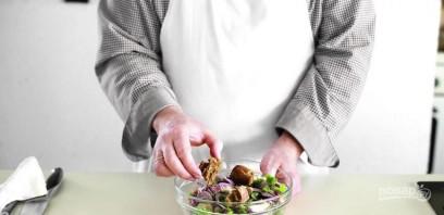 Салат с красной фасолью и кириешками - фото шаг 4