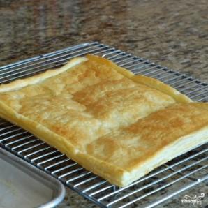 Пирог из слоеного теста с помидорами и базиликом - фото шаг 9