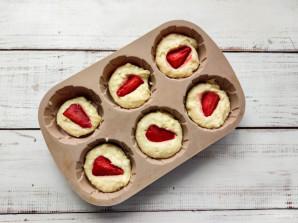 Творожные кексы с клубникой - фото шаг 6