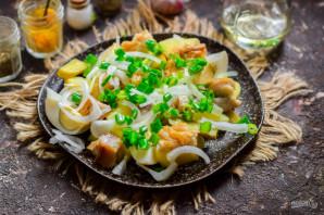 Салат из копченой рыбы с луком - фото шаг 7