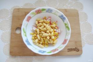 Салат с крабовыми палочками и кириешками - фото шаг 4
