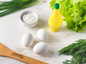 Cалат с листьями салата и яйцом - фото шаг 1