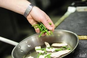 Салат из стручковой фасоли с курицей - фото шаг 10