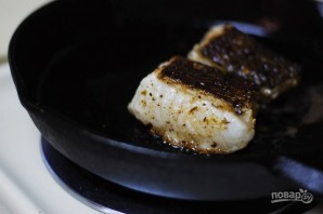 Морской окунь на салате - фото шаг 3
