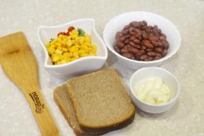 Салат с фасолью, кукурузой и сухариками - фото шаг 1