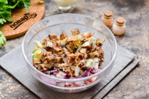 Салат с крабовыми палочками и мойвой - фото шаг 5