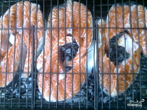 Шашлык из семги на решетке - фото шаг 4