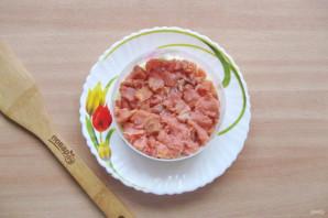 Слоеный салат с копченой горбушей - фото шаг 4