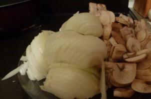 Свинина с грибами в сметане - фото шаг 1