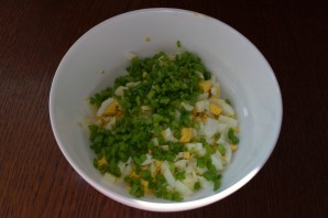 Салат с колбасой и сыром - фото шаг 2