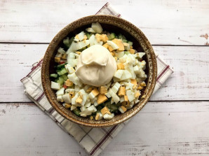 Крабовый салат с куриной грудкой - фото шаг 7