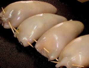 Кальмар, фаршированный грибами и яйцом - фото шаг 5