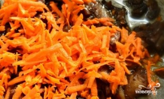 Морковь с грибами тушеная - фото шаг 3