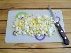 Салат с огурцом и кукурузой - фото шаг 3