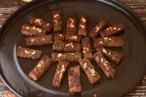 Бородинские сухарики с чесноком в духовке