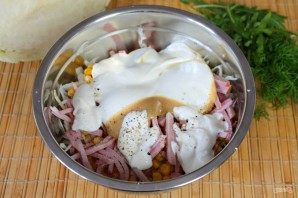 Салат с кукурузой, капустой и колбасой - фото шаг 5