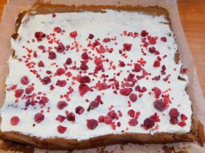 Бисквитный рулет с творогом и ягодами - фото шаг 4