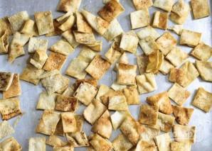 Овощной салат с хлебными чипсами - фото шаг 2