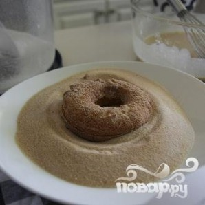 Пончики с ванильной глазурью и посыпкой - фото шаг 7