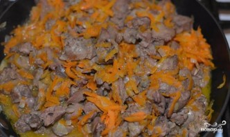 Куриная печень, тушенная с луком и морковью - фото шаг 4