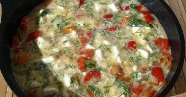 Омлет с сыром и помидорами на сковороде - фото шаг 4