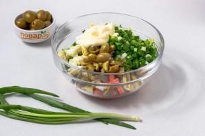 Салат с крабовыми палочками и оливками - фото шаг 4