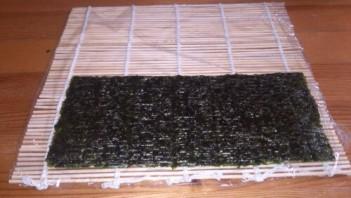 Суши с огурцом и крабовыми палочками - фото шаг 5
