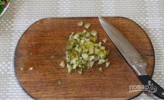 Салат с семгой и солеными огурцами - фото шаг 4