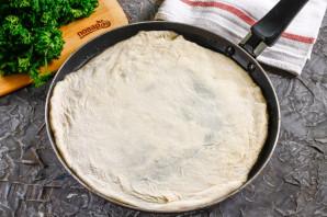 Дрожжевая пицца на сковороде - фото шаг 3
