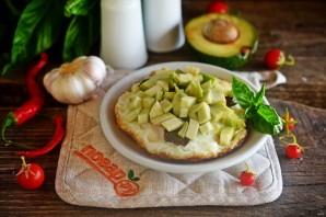 Яичница с беконом и авокадо - фото шаг 5