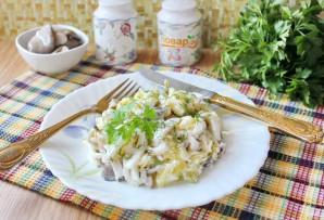 Салат с кальмарами и маринованными грибами - фото шаг 10