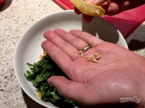 Салат с морковью и кедровыми орешками - фото шаг 8