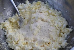 Сырники из творога с изюмом - фото шаг 3