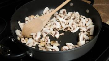 Мясной рулет с грибами - фото шаг 3
