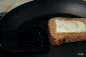 Яичница в хлебе, перце и луке - фото шаг 3