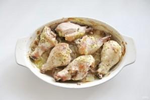 Куриные голени с картофелем и луком в духовке - фото шаг 6